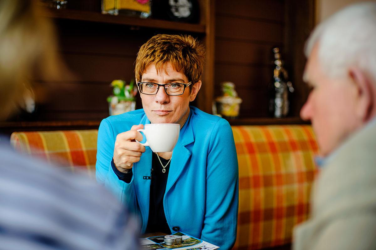 Auf ihrer Wahlkampftour trifft die CDU Kandidatin Bürger im Cafe Louis in Weiskirchen zum Kaffeeklatsch