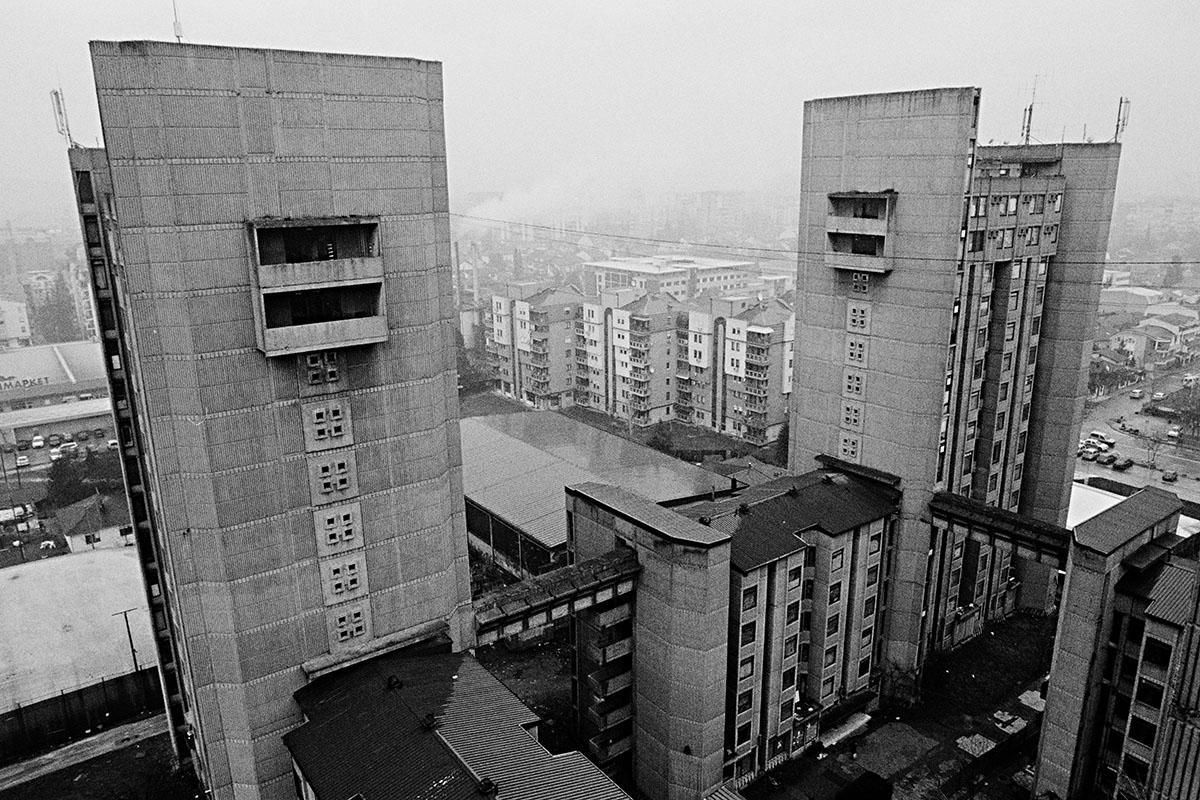 """Blick in den Innenhof zwischen die vier Türmen des Studentenwohnheims """"Goce Delchev"""""""