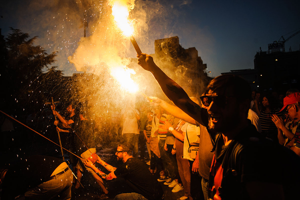 Demonstranten zünden Bengalos vor dem Parlamentsgebäude